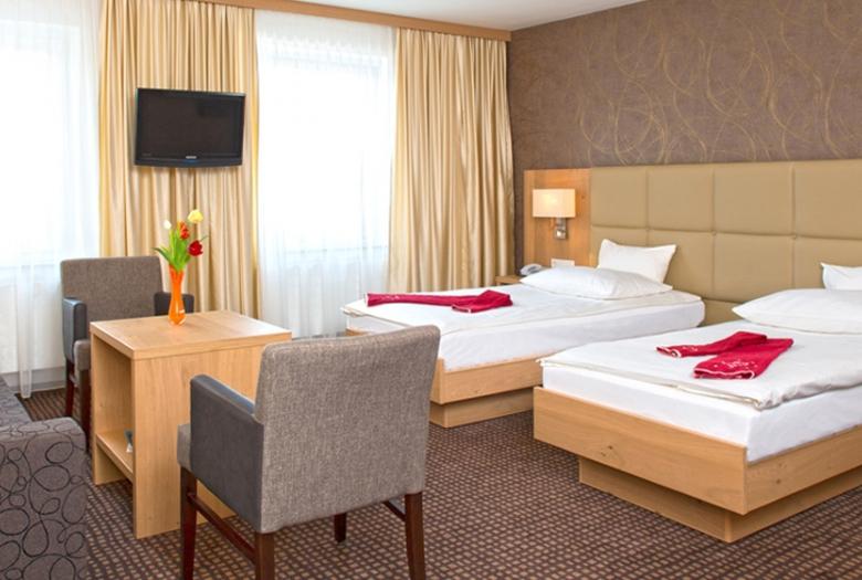 Hotelzimmer hotel brugger 39 s hotelpark am see for Motel one zimmer bilder